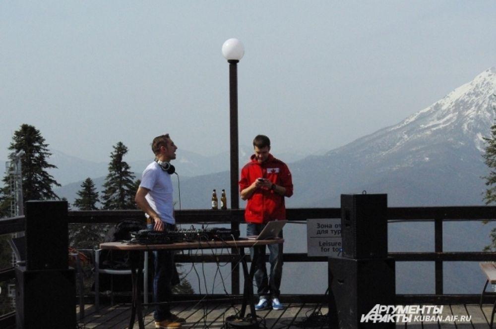 На горных склонах устроили дискотеку. Ди-джеи совсем не мерзнут в футболках.