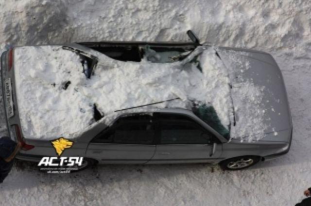 Новосибирцам стоит парковаться сейчас с особой осторожностью и подальше от карнизов зданий.