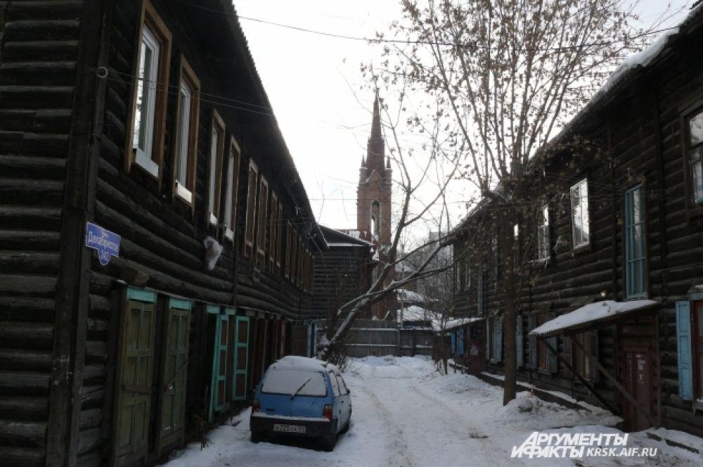 Красноярск. На просвет деревянного сибирского зодчества видна готика.