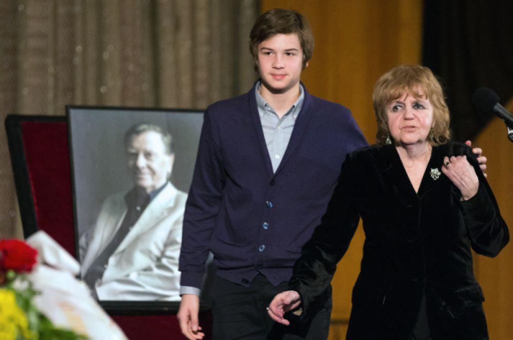 Супруга Кузнецова Александра Ляпидевская и их внук.