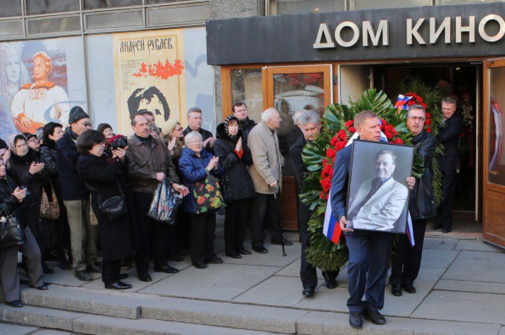 В конце церемонии гроб с телом актёра вынесли из здания Дома кино.