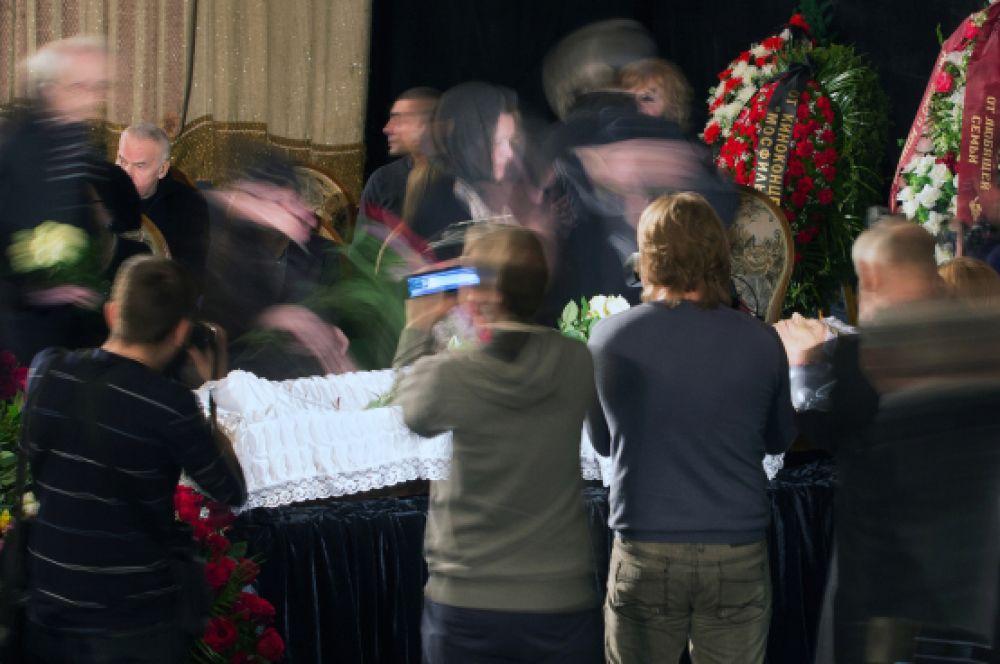 Церемонию также посетили многие знакомые и поклонники Анатолия Кузнецова.