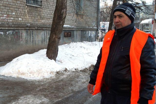 Мастер по благоустройству Якуб Турсунов (Яша).