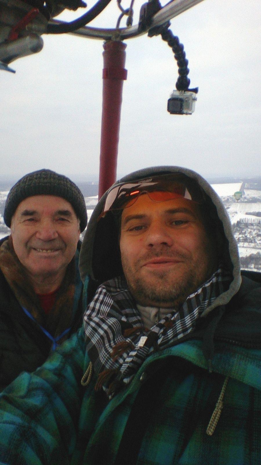 Михаил Найдорф (слева) - старейший пилот возухоплавания в России. Ему 76 лет.