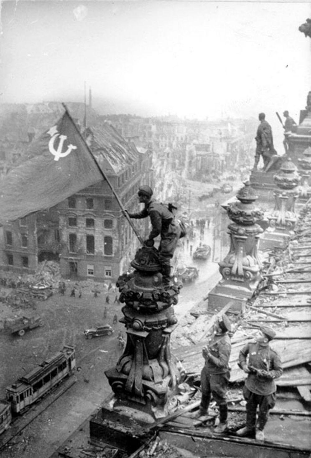 Весной 1945 года в ходе битвы за Берлин в разных местах города были водружены красные знамёна, в том числе несколько на здании Рейхстага. Впоследствии, чтобы сделать запоминающийся образ победы, были сняты несколько постановочных снимков установки Знамени Победы над Рейхстагом, одно из них стало всемирно известным.