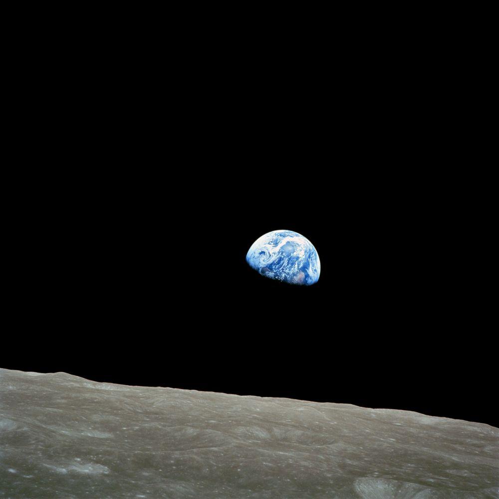 В рамках подготовки к высадке на Луне NASA отправила к спутнику Земли пилотируемый корабль «Аполлон-8». В задачи экипажа входили съёмки поверхности Луны и несколько навигационных экспериментов без посадки на спутник. Один из астронавтов, предполагается, что это был Уильям Андерс, сделал несколько снимков Луны, позже облетевших всю планету и воспроизведённых на марках. На этой фотографии Земля снята на расстоянии свыше 300 000 км.