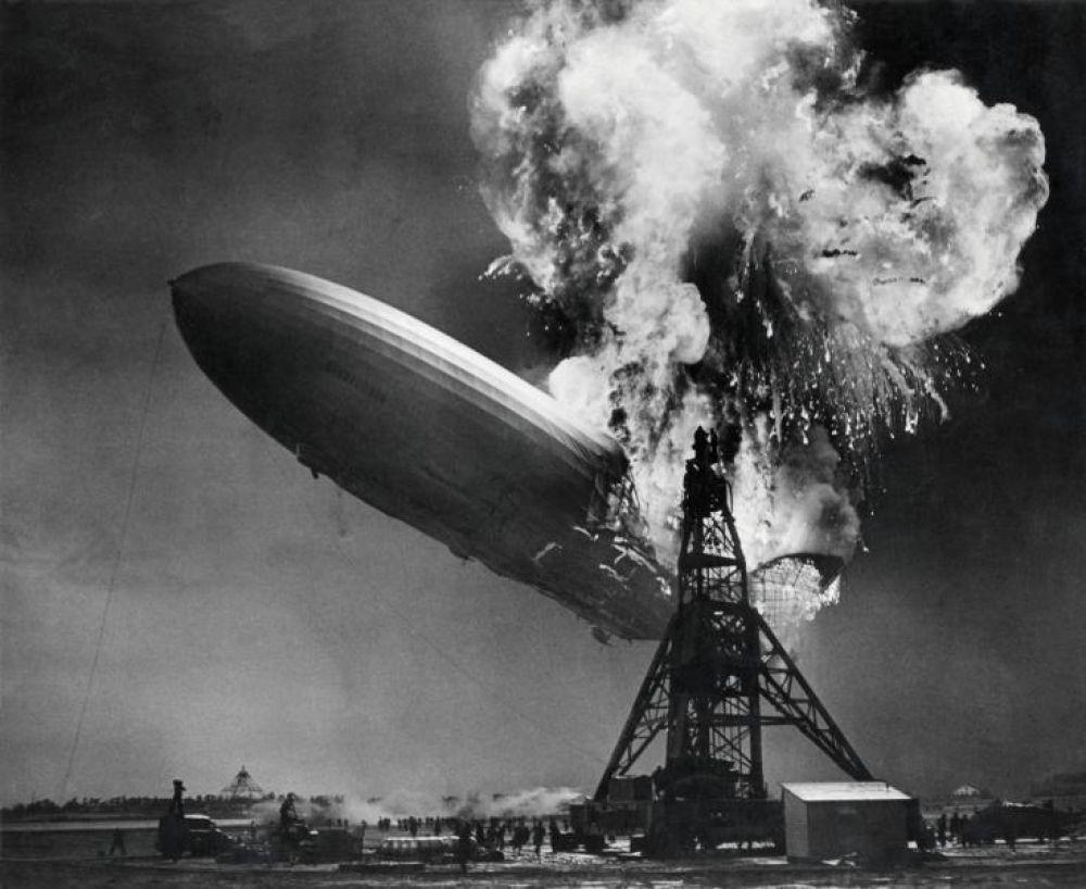 3 мая 1937 года потерпел крушение самый большой в то время дирижабль – «Гинденбург». При заходе на посадку в Лейкхерсте в двух газовых отсеках «Гинденбурга» возникло возгорание, после чего дирижабль взорвался и рухнул рядом со швартовочной мачтой. В результате происшествия погибли 36 человек.