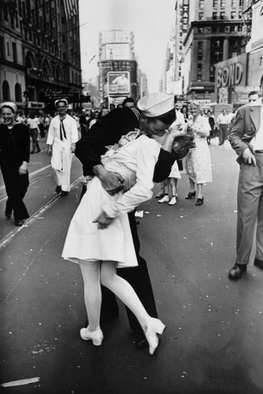 На Таймс-сквер в Нью-Йорке 14 августа 1945 года американцы отмечали день победы над Японией. Эта фотография сделана в этот момент Альфредом Эйзенштадтом. Снимок стал символом наступившего мира.