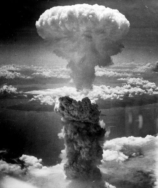 Эта фотография сделана Чарльзом Леви на борту бомбардировщика B-29 во время ядерной атаки на Нагасаки 9 августа 1945 года. На снимке запечатлён взрыв бомбы «Толстяк». Эпицентр взрыва находился над промзоной города, в связи с чем ущерб оказался ниже ожидаемого. Взрыв затронул район площадью около 110 км², на расстоянии до 1 км от эпицентра погибли все люди и животные, дома в радиусе 2 км разрушены, бумага и другие возгорающиеся материалы воспламенялись на расстоянии до 3 км от эпицентра.