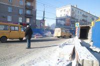 Омские пешеходы переходят дорогу в неположенном месте.