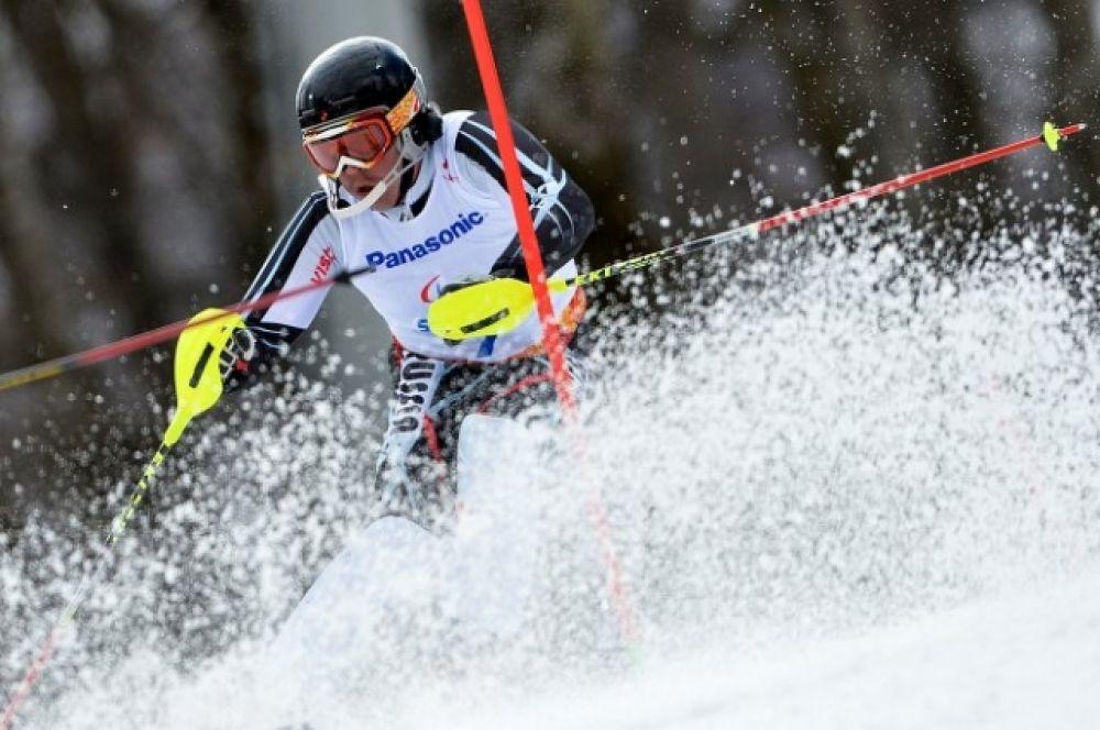 Валерий Редкозубов (Россия) на трассе слалома в первой попытке в классе B 1-3 (слабовидящие) на соревнованиях по горнолыжному спорту среди мужчин.