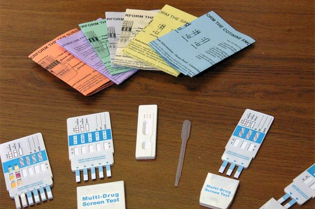 Омские школьники проходят тест на наркотики.