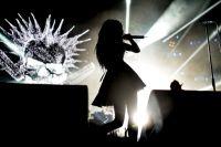 Вокалистка группы «Слот» Дария «Нуки» Ставрович на концерте группы «Король и Шут», проходящем в рамках прощального тура в память о лидере коллектива Михаиле Горшенёве, в Москве. 2013 год.