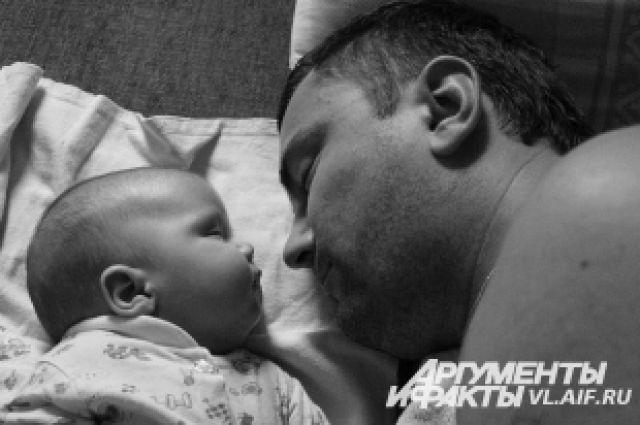 Отец и сын. Во сне ещё больше сходства.
