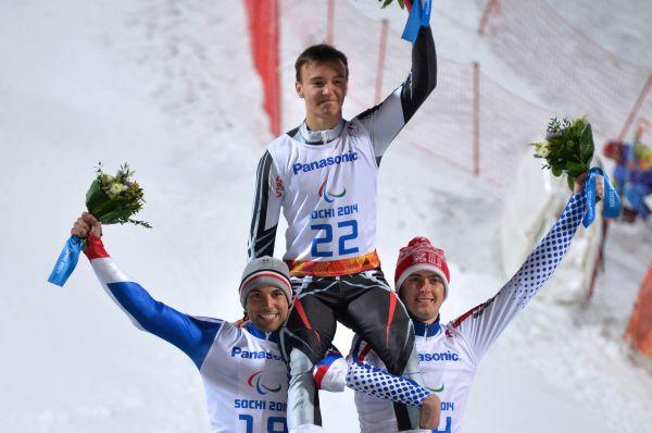 Затем горнолыжники Алексей Бугаев (в центре) и Александр Алябьев (справа) завоевали, соответственно, золотую и бронзовую медали в слаломе стоя.