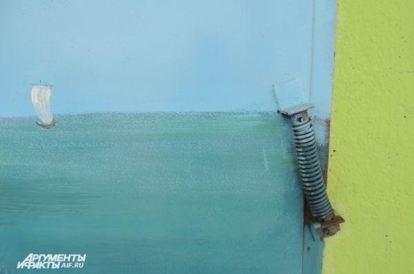 Покрашены даже пружины на двери - чтобы не выделялись и не портили эффект.