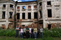 Подростки проводят субботники на территориях разрушающихся усадеб.