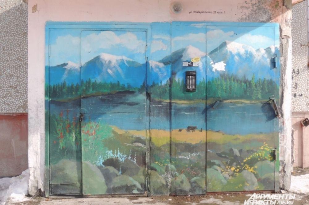 Горный пейзаж на дверях.