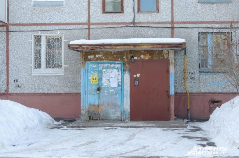 А вот так выглядят все остальные подъезды вокруг - издалека из-за наклеек и подтеков кажется, как будто на двери тоже что-то нарисовано.