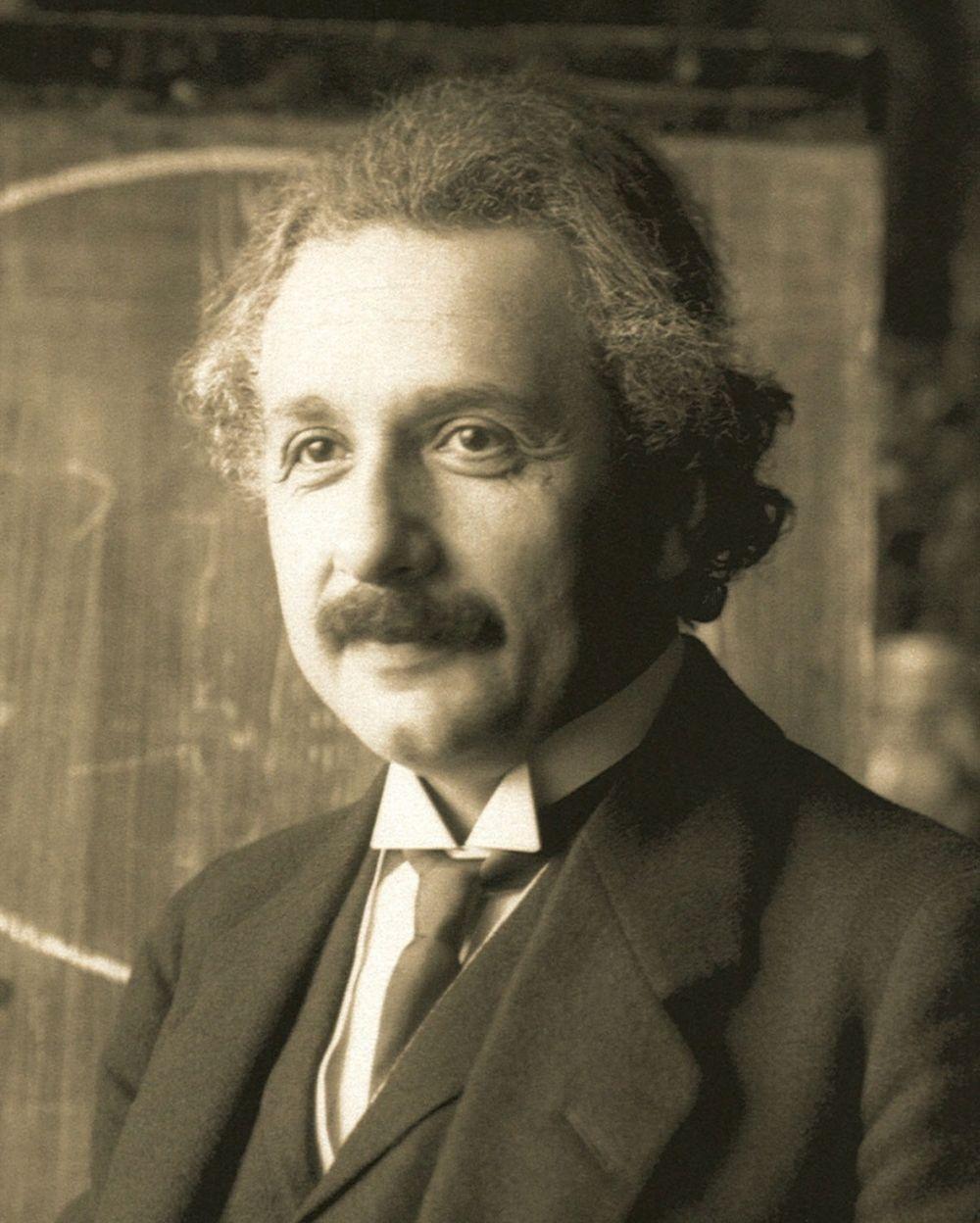 В 10-20-х годах XX века Альберт Эйнштейн благодаря специальной и общей теориям относительности стал самым популярным учёным своего времени. Он много путешествовал по Европе, читал лекции для учёных, студентов и любой другой любознательной публики.
