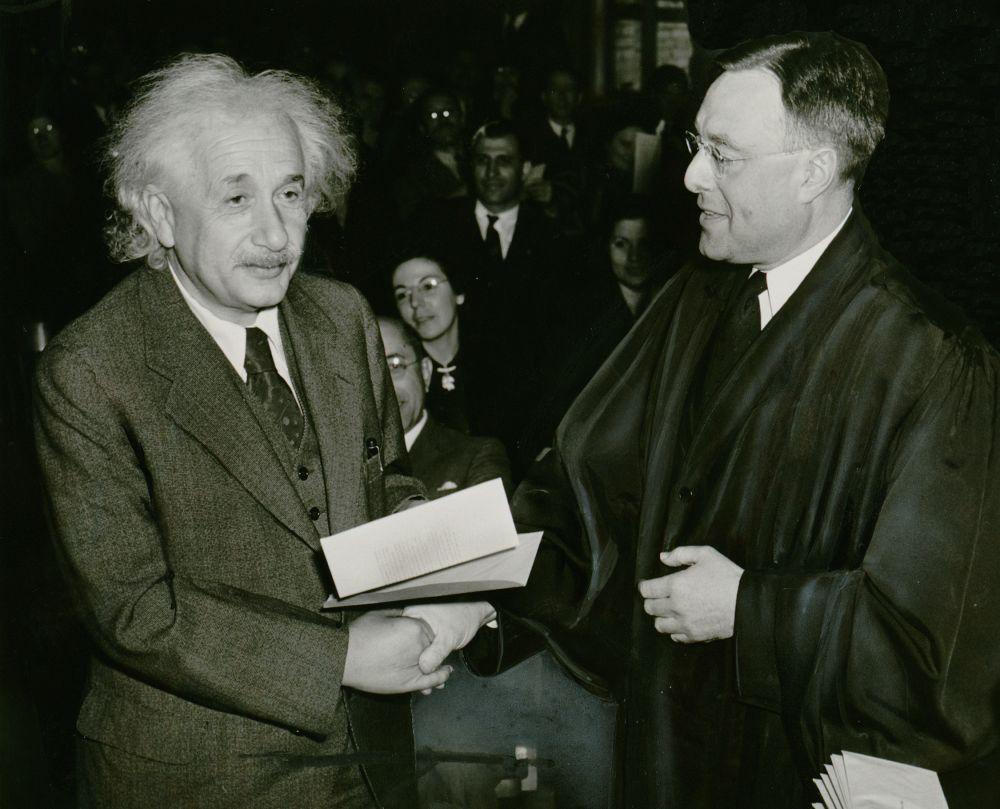 Во времена нацистской Германии Альберт Эйнштейн открыто выступал против фашизма и в 1933-м был вынужден навсегда покинуть страну. Он переехал в США, которые выдали учёному сертификат о гражданстве в 1940 году.