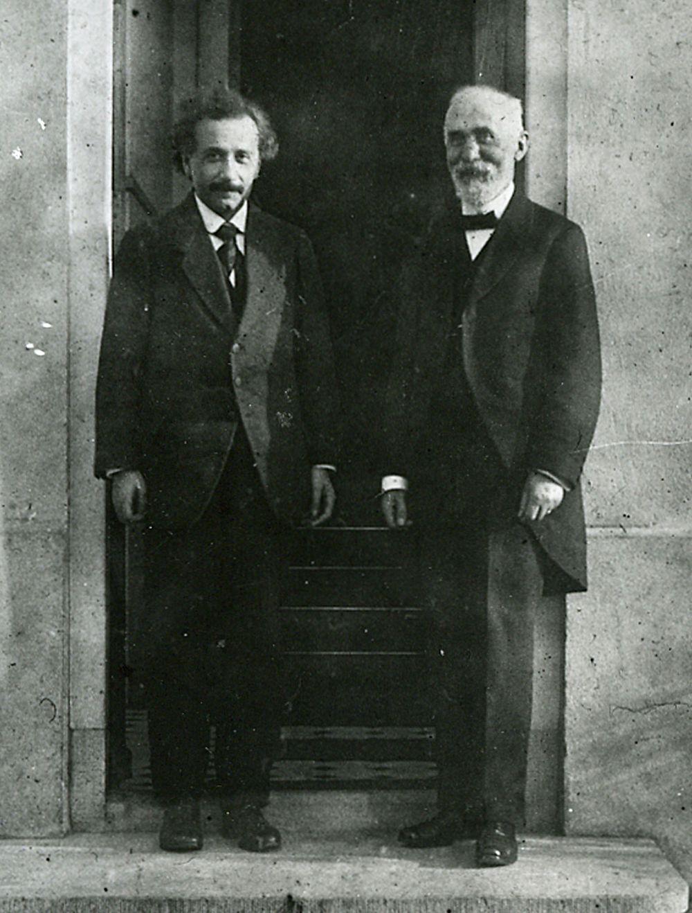 Несмотря на то, что идеи Эйнштейна разделяли не все, он пользовался большим уважением среди коллег. Например, Хендрик Лоренц (на фото) не до конца соглашался с Эйнштейном и интерпретировал его теории в контексте собственных, однако именно он в 1920-м выдвинул его на Нобелевскую премию. В 1928 году Эйнштейн находился рядом с Лоренцом, когда тот умер.
