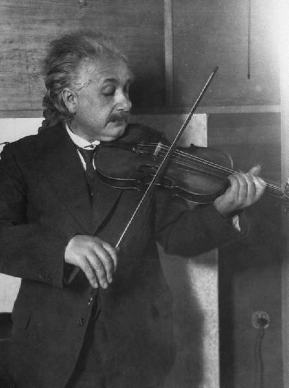 После войны Эйнштейн занимался проблемами космологии и единой теорией поля. Вместе с этим учёный всё чаще играл на скрипке – он никогда не расставался с этим музыкальным инструментом. В литературе Эйнштейн отдавал предпочтение Льву Толстому, Фёдору Достоевскому и Бертольту Брехту. Вместе с этим он увлекался филателией и садоводством.