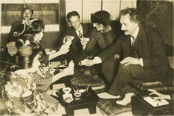 В рамках своих поездок Эйнштейн посещал самые разные страны и побывал в том числе в США, Индии, Китае и Японии. На фото: Эйнштейн со своей женой в 1922 году в Японии.