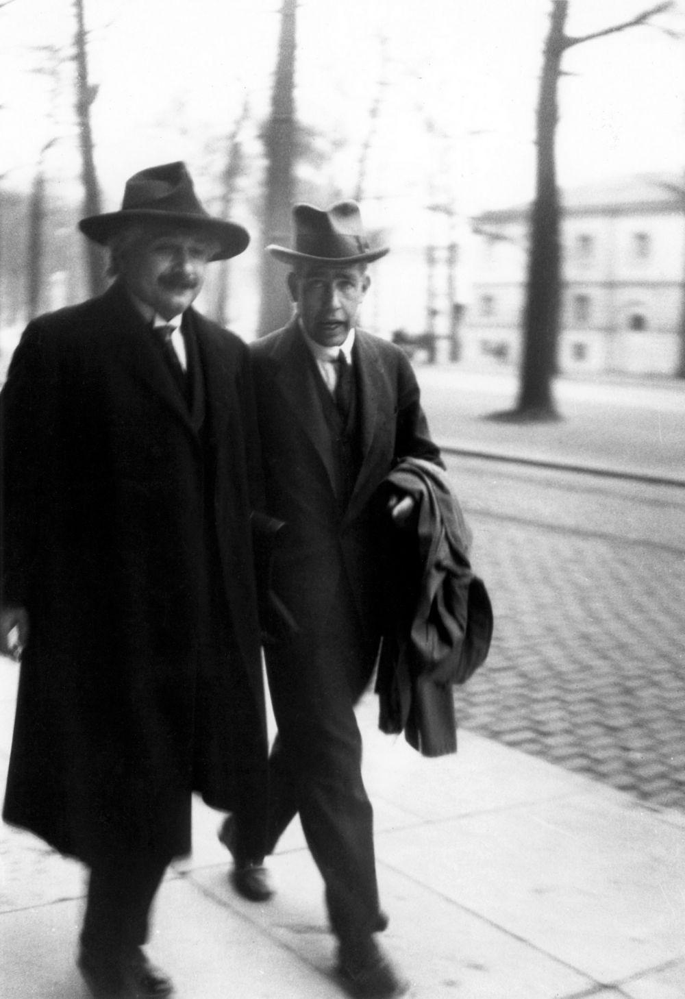 Эйнштейн не боялся указывать коллегам на их ошибки и зачастую делал это по собственной инициативе без поддержки других. Нильсу Бору (на фото) он заявил, что «Бог не играет в кости», когда критиковал «копенгагенскую интерпретацию» квантовой механики.