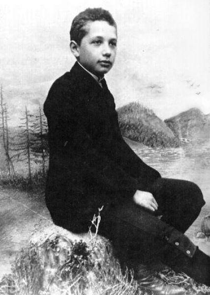 В детстве Эйнштейн учился в католической школе и до 12 лет оставался глубоко религиозным ребёнком, а затем неожиданно увлёкся научно-популярной литературой. В 21 год Эйнштейн закончил Политехникум, получив диплом преподавателя математики и физики. На фото: Альберт Эйнштейн в 14 лет.