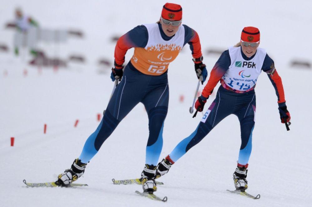 Затем в женском разряде в гонке на 15 км в категории «с нарушением зрения» победу одержала Юлия Будалеева (справа).