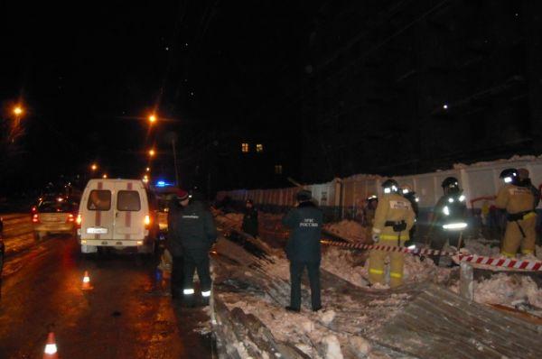 На месте обрушения работают спасатели и скорая помощь.