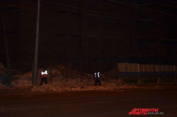 В районе полуночи на месте обрушения остались лишь дворники.