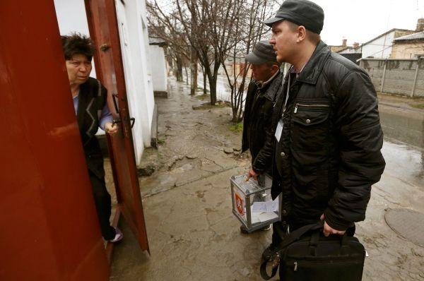 Сотрудники службы обходили дома, чтобы те могли проголосовать.