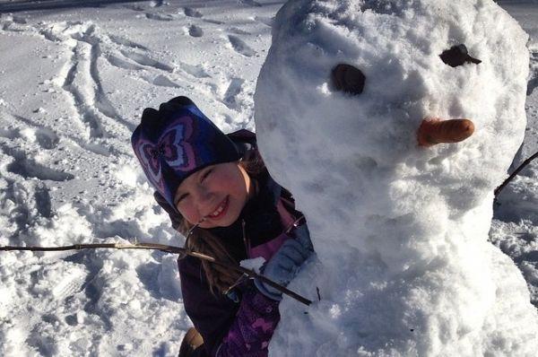 Жаль, что стоять чудо-снеговикам недолго. Весна как-никак.