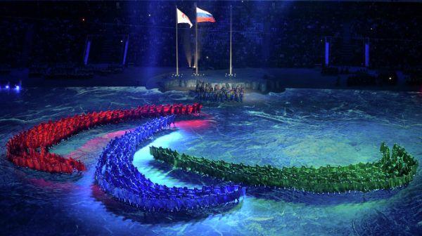 Мэр Сочи Анатолий Пахомов передал флаг Паралимпиады президенту Международного паралимпийского комитета Филипу Крейвену, который передал его мэру столицы зимних Паралимпийских игр-2018 Ли Сок Рэ.
