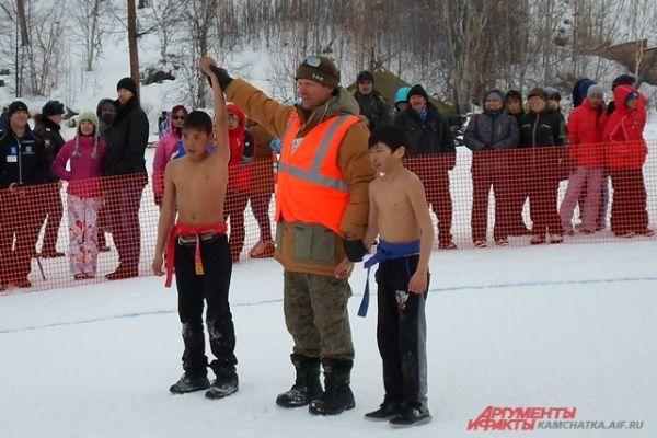 Розовым от мороза и борьбы полуголым победителям публика аплодировала с особым чувством.