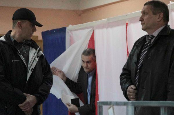 Одним из первых проголосовал премьер-министр Крыма Сергей Аксенов. Он вместе с дочерью прибыл на избирательный участок почти сразу после открытия.