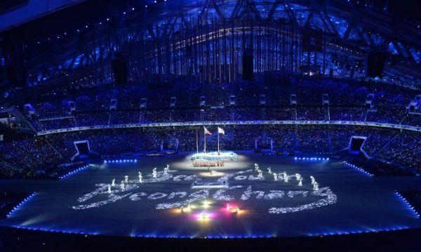 В финале церемонии закрытия, которая проходит на стадионе «Фишт», детский хор, исполнявший песню, задул лампадки в руках, и огонь Паралимпиады погас.