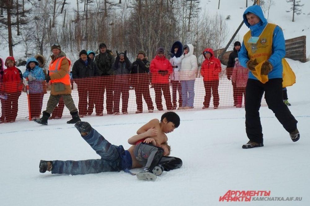 Мальчишки и юноши, голые по пояс, бросали противника прямо на чистейший эссовский снег.