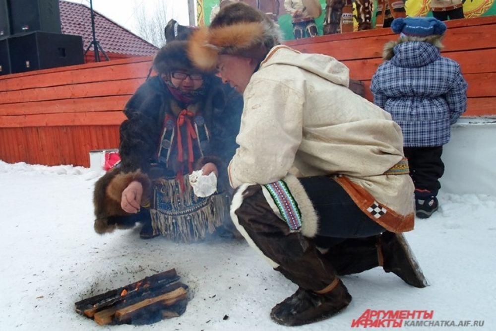 Гости наелись бесплатной шурпы из свежей оленины и напились сладкого горячего чаю.