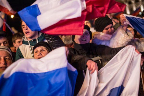 Мероприятие началось с выступления духового оркестра Симферопольского театра эстрады и песни. Затем на сцену выходили как местные звёзды, так и российские.
