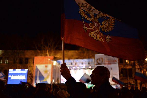 На референдум были вынесены два вопроса: «Вы за воссоединение Крыма с Россией на правах субъекта РФ?» и «Вы за восстановление действия конституции Республики Крым 1992 года и за статус Крыма как части Украины?».