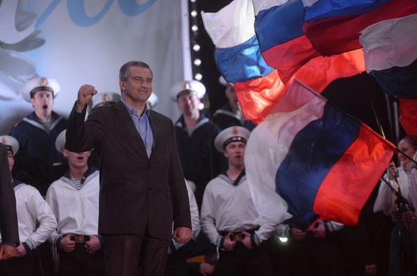 С обращением к публике выступил также глава автономии Сергей Аксёнов. «Мы идём домой! Крым — в России!» — сказал он.