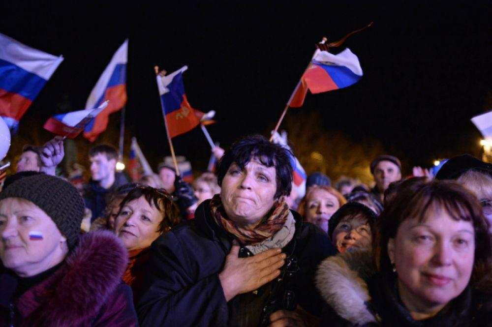 После закрытия избирательных участков, когда предварительные итоги уже были объявлены, на площади Ленина в Симферополе начался праздничный концерт.