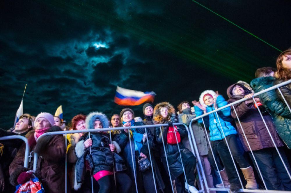 В общей сложности на площади Ленина собрались более двенадцати тысяч крымчан.