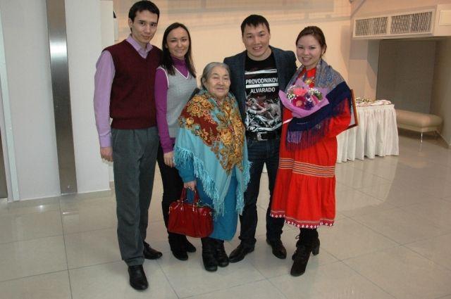 На фото: Лариса Миляхова, Руслан Проводников, Мария Волдина и супруги Молдановы