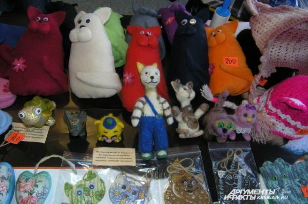 Сотрудники «Хвостиков» устроили продажу кошачьих сувениров: игрушек, сделанных своими руками, шариков и других мелочей.