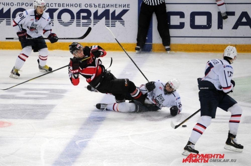 «Омские ястребы» уступили «Сибирским снайперам» во втором матче серии.