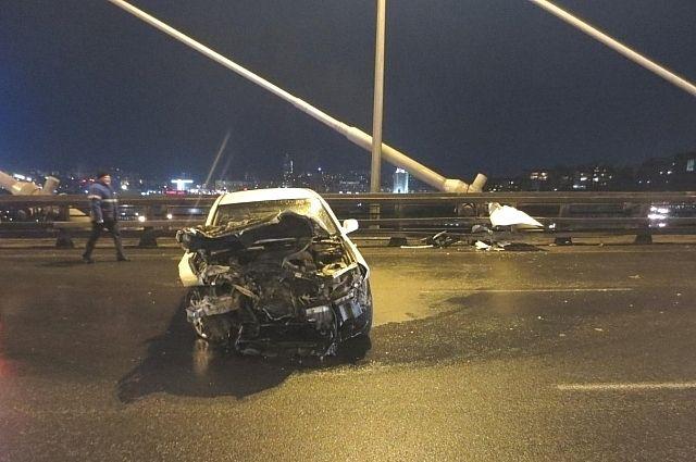 Автомобиль Toyota Mark II сильно пострадал при аварии.